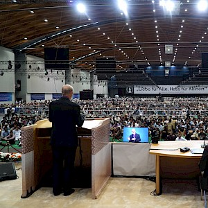 Speech to 40.000 participants of the Ahmadiyya Jalsa Salana in Karlsruhe just before the lecture of their spiritual leader, Kalif Mirza Masrur Ahmad © BQ/Warnecke