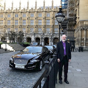 T. Schirrmacher in the courtyard of the British Parliament in front of Prime Minister May's official car during the Brexit debate © BQ/Warnecke