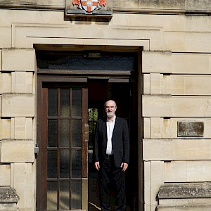 Thomas Schirrmacher at the entrance of Regent's Park College at Oxford University © BQ/Warnecke